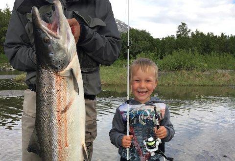 FORNØY: Elian (4) måtte ha hjelp til å holde fangsten, da skrytebildet skulle tas.