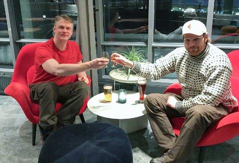 FEIRING: Emil Strange og Andreas Brinck feirer skyttertriumfen med edle dråper i Oslo.