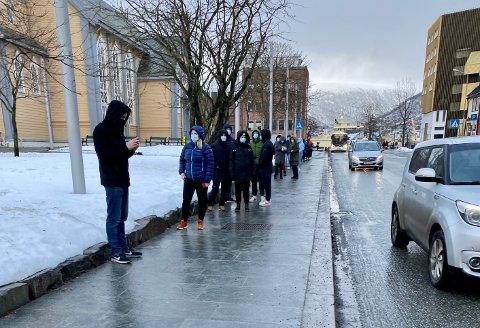 SMITTEKØ: Tromsøværinger i kø for å teste seg etter smitteutbruddet tidligere i forrige uke.