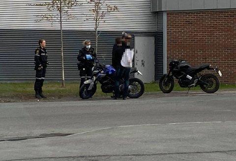 KOLLIDERTE: Eierne av motorsyklene forklarer seg for politiet etter sammenstøtet.