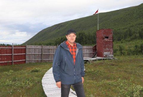 SINDIG, MEN OPPGITT: Øyvind Hilmarsen er leder i Tromsø Jeger- og Fiskerforening. Da de tok i bruk skytebanen i Tromsdalen igjen oppdaget de at det var utført hærverk i bygget og på selve banen..