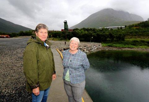 FRYKTER FORURENSING: Rita Korsberg (t.v.) og leder Anita Winther i Kattfjord utviklingslag frykter konsekvensene om Kvitebjørn varme får tillatelse til å lagre aske i grustaket innerst i fjorden.