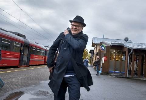 Lars Backe Madsen har i sin satire over norsk kommentarfeltkultur gjort      signaturen Husmor (73), Gjøvik til en fornuftens stemme i all galskapen på internett.