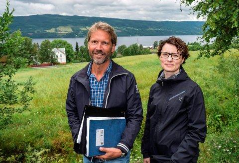 SOL OG UTSIKT: - Grettejordet har attraktiv beliggenhet, mener Henning Jørgentvedt og Hanne Marie Lium i Nordbolig Innlandet AS.