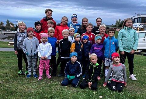 Trener Sondre Landmark og Maren Skjøld sammen med noen av de yngste aktive alpinistene i Gjøvik Skiklubb.
