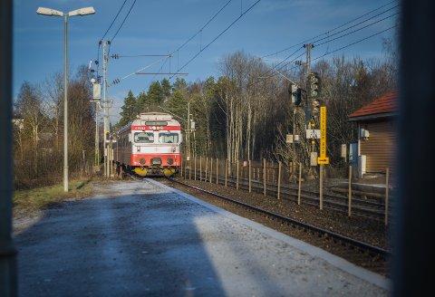 Et lokaltog med kun ett bemannet togsett kjører inn på Langhus stasjon.
