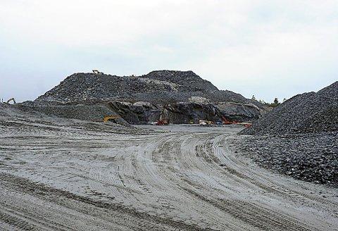 SYNLIG: Denne haugen med stein og annen masse vil i løpet av drøye to år, være borte som landemerke i Ås.