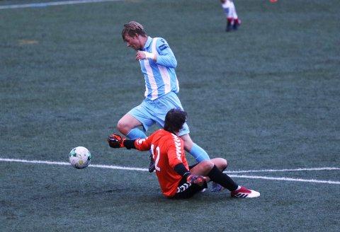 Kristian Seteklev runder Kristoffer Steen og ordner 2-0 til Follo 2.