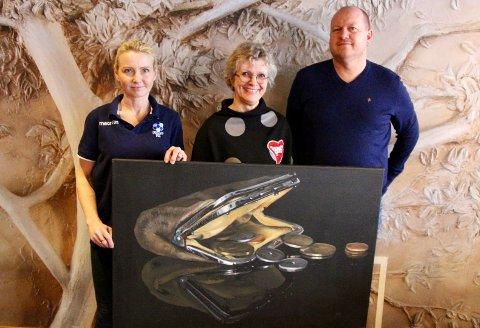 Oppegård-kunstneren Jette van der Lende overrekker sitt eget kunstverk til Follo FK ved styremedlem Lena Ottesen og Trond Hansen