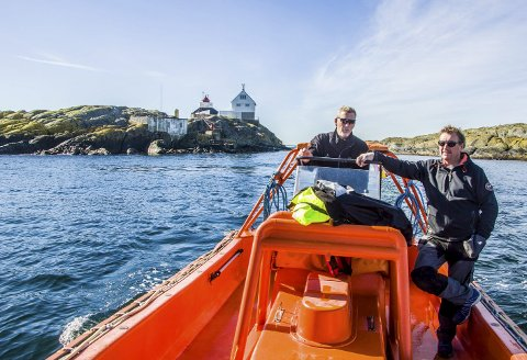 Tøft: På Tvistein kan det være tøffe værforhold, men da Terje Nalum (t.v.) og Oddvar Larsen var på befaring i mai, var det flatt hav.