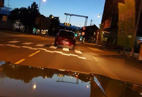 INGEN LYS: Mange får seg en overraskelse når de støter på biler uten baklys, spesielt når det er lite gatelys. Også bilførerne får seg en overraskelse når de oppdager at baklyset ikke går automatisk på når de starter bilen.