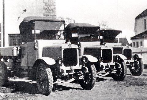 KOMMANDØR HERBST GATE. Noen av produktene fra bilfabrikken i Kommandør Herbst gate. Tre av bensinbilene, som kom på markedet i året 1920.