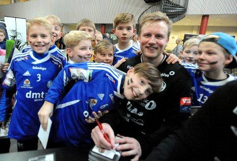 MED IDOLET: Alvdal-gutta sammen med kampens store spiller, Morten Nergaard. Målet er å en dag ta over for kapteinen i Terningen Arena.