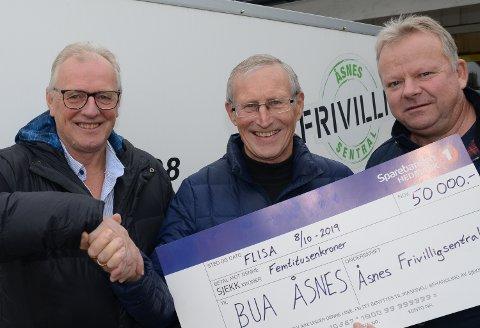 FIKK PENGER:  Prosjektleder i BUA i Åsnes, Erik Aagaard, i midten, er veldig glad for gaven på 50.000 kroner. Her er han sammen med styreleder i Frivilligsentralen, Gunvald Bysveen, til venstre, og daglig leder Geir Toverud.
