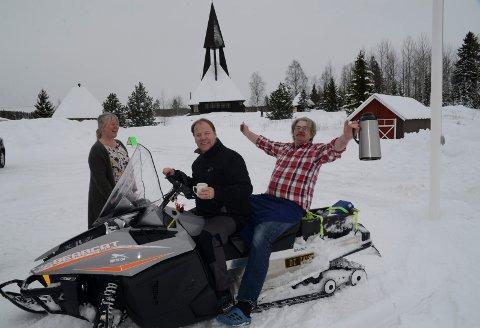 I GANG: Snøskuterleden i Gravberget har vært i bruk en måneds tid. Nå har Gravberget snøscooterklubb åpnet kafeen. Der var kafèansvarlig Roy Martinsen og Anne Britt Myrvold i sving i helga. Og leder i klubben, Svein Tore Moen, er fornøyd med forholdene både ute og inne.