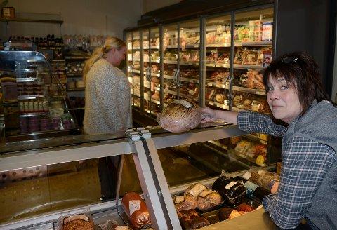 SER BRA UT: – Det ser bra ut for framtida, så vi har investert i nye fryse- og kjøledisker og skap, sier Ellinor Syversen i Bograngens Lanthandel.