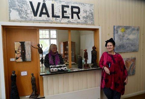 IMPONERT: Maj-Lis Uller, til høyre, er imponert over det Våler kunstnerforum har fått til ved Våler jernbanestasjon. Nå har hun hatt utstilling der. Til venstre leder i Våler kunstnerforum, Turid Evang.