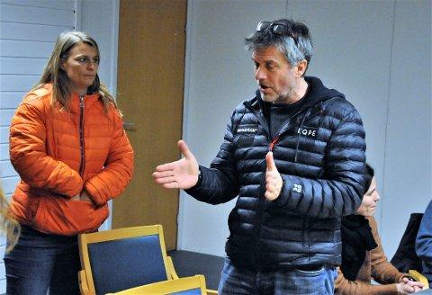 OPPGITT: Martin Gudbrandsgård sitter i idrettsrådet og i Elverum Turn og er en mange som er frustrert og oppgitt over kuttene til idretten. Her i samtale med Åshild Engen i Hernes IL Fotball.