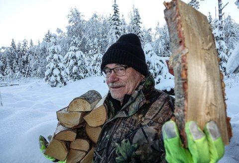 VINTEREN KOM: – Det er litt mer skikkelig vinter nå, og dag for dag fra første juledag tyder det på minst et halvår med mye nedbør, sier værprofet Svein Sparby som nå koser seg med vedfyring.