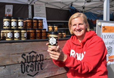 SØTSAKER: Honning fra Sveen Vestre har mange bruksområder, forteller Ingvill Sveen, blant annet som råstoff til produksjon av mjød. TRYKK PÅ PILENE I BILDET FOR Å SE FLERE BILDER