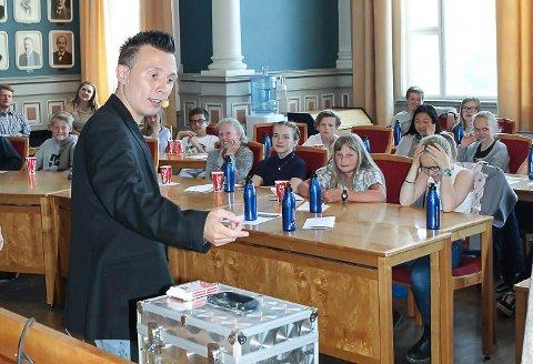 SÅNN VAR DET FØR: Her tryller Erik Mogeno under Barnas rådhusmøte i 2016. I år blir møtet holdt på Teams.