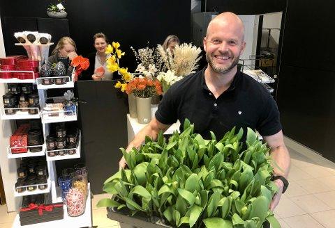 ET STORT GLIS: Bjarne Bryn har mye å smile for, med butikkåpning og en gigantisk ordre på 680 buketter i løpet av få dager.