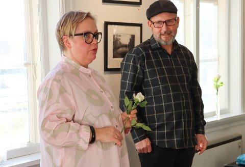 GODE ORD: Annika Wiland Stendebakken i Rakkestad kunstforening roste Jan Arild Wallin Røste som hadde sin første separatutstilling på Midtstuen, søndag.