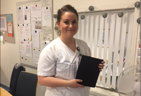 KONTAKT: Elin Hestengen Fagernes er en av sykepleierne på Langtidsenheten ved Skautun som har sørget for at beboerne har holdt kontakt med sine kjære utenfor under pandemien.