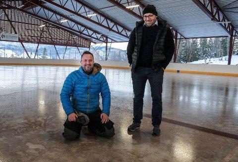 KLAR: Anders Johansen (i blått) og Aasmund Berge lover flotte forhold når ishallen på Skillevollen åpner for fri bruk i helga.