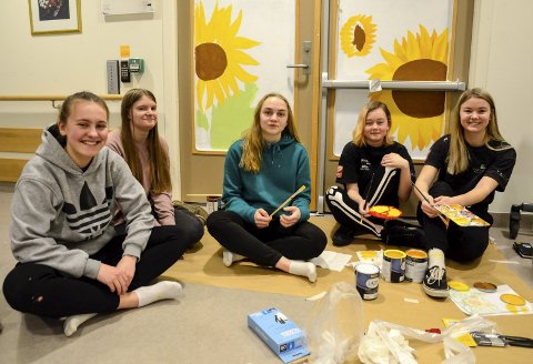 Fem fargeglade jenter. Fra venstre: Emma Johannessen, Ingrid Engstrøm, Helene Solvang Kristiansen, Julie Bjørnbakk Guldbjørnsen og Marte Nedregård Thomassen.