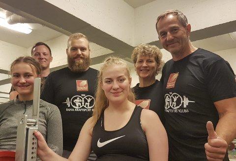 NYE FJES: Emma Johannessen (t.v.) og Maria Juliusdottir synes styrkeløft virker interessant og var mandag på sin første trening i Rana kraftsportsklubbs lokale på Gruben. Det gleder leder Morten Rygh (t.h.) og de øvrige i klubben. Foto: Trond Isaksen