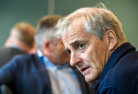 Jonas Gahr Støre på besøk i Rana sammen med Bjørnar Skjæran og flere.
