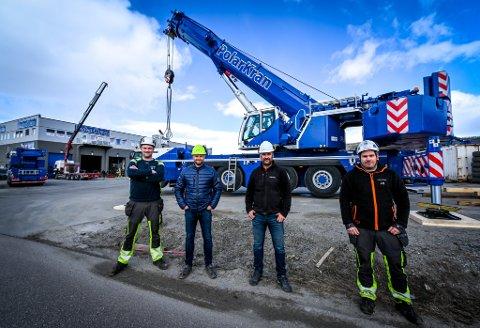 Simen Johansen, Ronny Solli, Morten Pedersen og Martin Thomassen foran krana som kan løfte opptil 250 tonn. Krana er allerede ute på oppdrag.