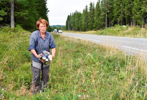 OPPFORDRER: Gårdbruker og Sp-politiker Kjersti Røhnebæk oppfordrer bilistene til å slutte å kaste søppel på veg til Sjusjøen.