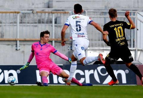 Mål: Thomas Lehne Olsen (t.h) scorer 1-0 målet i eliteseriekampen i fotball mellom FK Haugesund og Lillestrøm på Haugesund stadion. Haugesunds keeper Oskar Snorre Frigast Olsen (t.v)