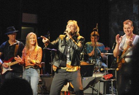 Lokale artister, som Pieter Kentrop, her sammen med Kjersti Røgeberg og co, er blant dem som trekker mange til konserter i Hønefoss.