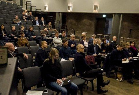 DEBATT I SALEN: Det var en rekke spørsmål og reaksjoner fra salen etter at arkitektene hadde gjennomført sine presentasjoner.