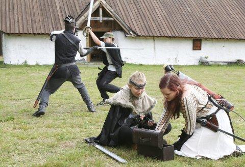 Bernhard og Waldemar sloss om Lüsette og Emily, som teller penger etter herjingene sine.