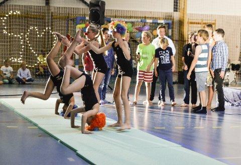 6. klasse imponerte som entertainere. Her viste de fram scener fra et av deres tidligere show.