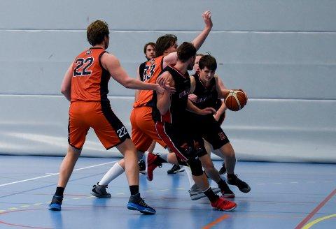 Magnus Rolfsøn og Hønefoss Basketballklubb har åpnet sesongen strålende med fire strake seire. Lørdag slo de Bislet 77-57.