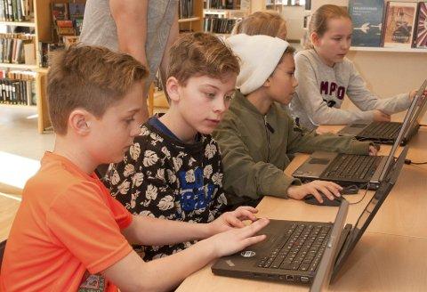 Programmere: Med «Scratch» kan man lage spill. Andreas og Glenn syntes det var enkelt selv om det var nytt.