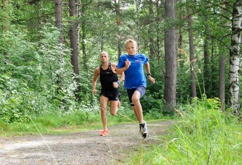 Skal forbi pappa: Teodor Hansen er kun 11 år gammel, men løper som om han var eldre.  Ett av målene mine er å ta igjen pappa, sier løpstalentet.