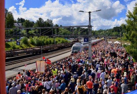 Bjørg Hansen synes NRK burde besøkt alle standene på perrongen da Sommertoget var i Hønefoss.