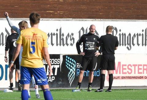 Diskusjon: Frode Lafton diskuterer med dommer Magnus Nicolai Kolø, som ikke var en populær mann på Aka Arena.