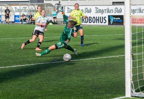 SEKSMÅLSSCORER: Her setter Silje Nyhagen inn ett av sine seks (!) mål mot Sarpsborg 08.