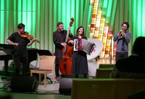 Solfrid Molland med bandet sitt i Hønefoss kirke