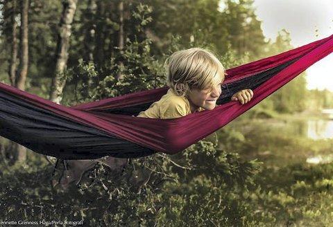 Ukesvinner 22: Her har fotografen fanget et flott uttrykk av gutten i som ligger i hengekøya. I tillegg gir det varme lyset en fin steming.
