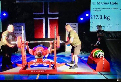 217 KILO: Det er ikke kroppsvekt, men vekter på stang vi snakke rom når Per Marius Hole tar gull og setter ny norsk rekord i styrkeløft uten utstyr med et løft på  217 kilo.
