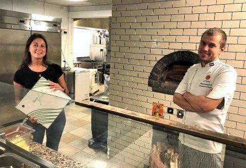 TA MED: – Vi har ikke lyst til å stenge, for stenger vi nå, blir det kanskje for godt. Derfor håper vi kundene kjenner duften fra ovnen og tar med seg pizza hjem, sier Jevgenijs Pockajevs, alias Eughenio og Erika Aliubaviciute ved Ovnen Pizzeria i Slemmestad.