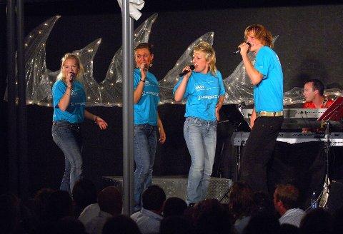 SPRINGBRETT: Erfaring som syngende servitør i Hvalsommer-revyen kan være et springbrett for en senere artistkarriere. Fra venstre: Mari Kjølstad, Cathrine Dolven , Silje Mikkelsen og Lars Kristian Flemmen. Bildet er fra 2005.